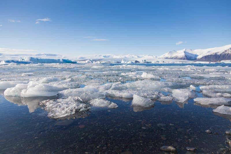 Естественный лед озера зимы ломая с ясной предпосылкой неба, селективным фокусом, Исландией стоковые фото