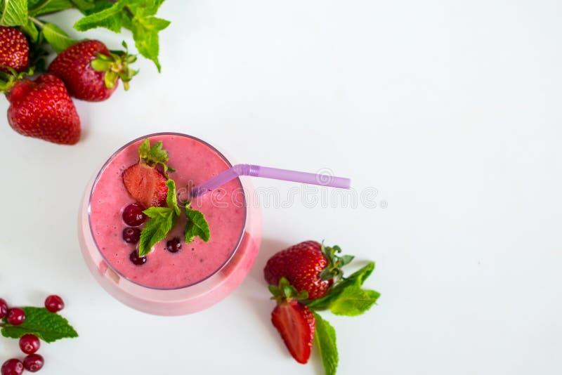 Естественный здоровый smoothie с клубниками органическими йогуртом и мятой стоковые изображения rf