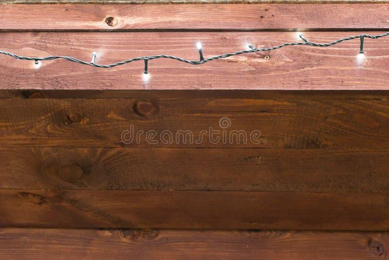 Естественный интерьер при деревянные панели стены, украшенные с белыми светами Текстура деревянной пользы как естественная предпо стоковая фотография rf