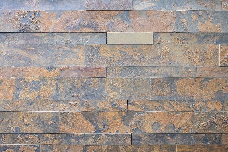 Естественный камень, ровная линейная кирпичная кладка, ржавая текстура сброса Стена сделана камня, поверхность текстурирована, кр стоковая фотография