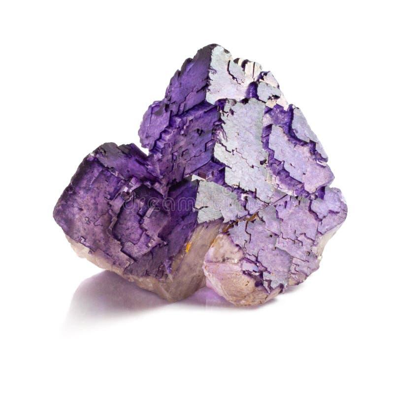 Естественный кристалл фторита 2 цветов бело-пурпурный на белой изолированной предпосылке стоковое изображение rf