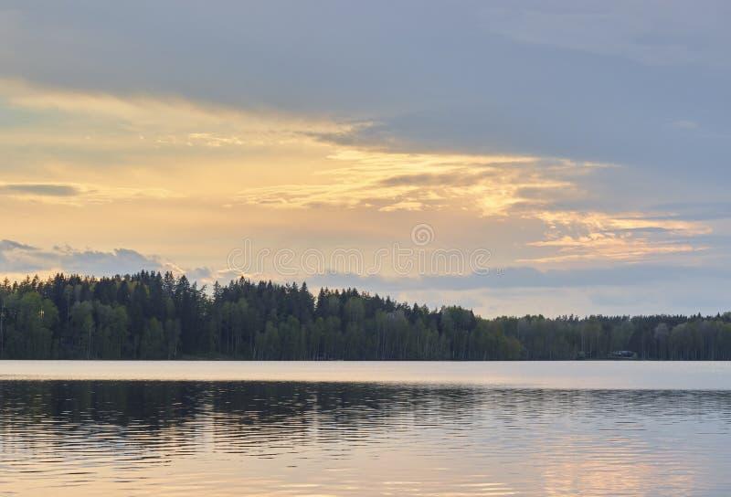 Естественный ландшафт России большое озеро обозревая лес на заходе солнца Красочный сценарный ландшафт стоковые изображения