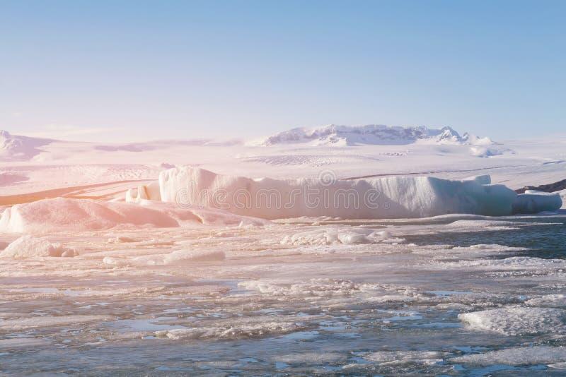 Естественный лед ломая озеро с ясным голубым небом стоковые фотографии rf