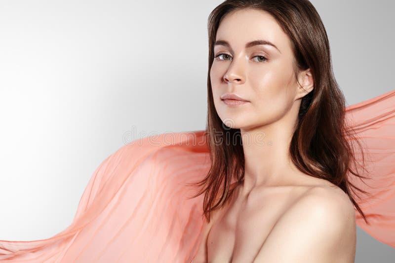 Естественный макияж и аксессуары Красивый романтичный стиль молодой женщины с развевая шарфом шелка Нежная светлая ткань стоковые фото