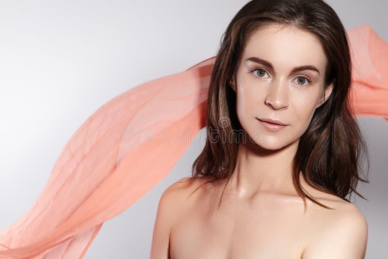Естественный макияж и аксессуары Красивый романтичный стиль молодой женщины с развевая шарфом шелка Нежная светлая ткань стоковое фото rf