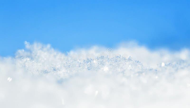 Естественный много кристаллов снежинок различных форм и shimmer текстуры на солнце на ясный зимний день против голубого неба стоковая фотография rf