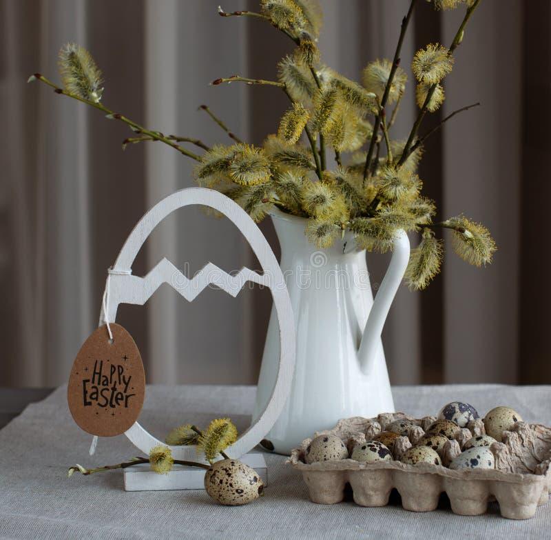 Естественный натюрморт пасхи стиля с ветвями ольшаника и яйцами триперсток стоковые изображения