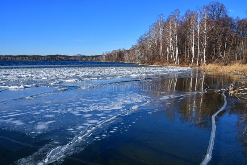 Естественный памятник - озеро Uvildy в последней осени в ясной погоде, области Челябинска Россия стоковая фотография rf