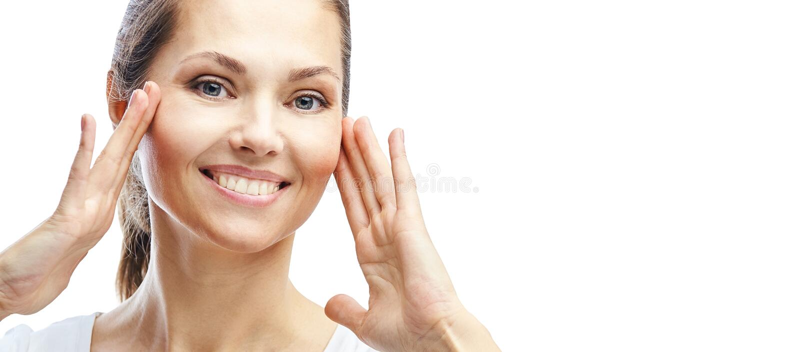 Естественный портрет красоты с руками Сторона женщины косметологии зрелая Косметическая сливк o Элегантная девушка стоковое изображение