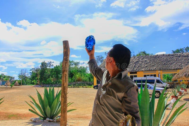 Естественный сырцовый голубой обсидиан стоковая фотография