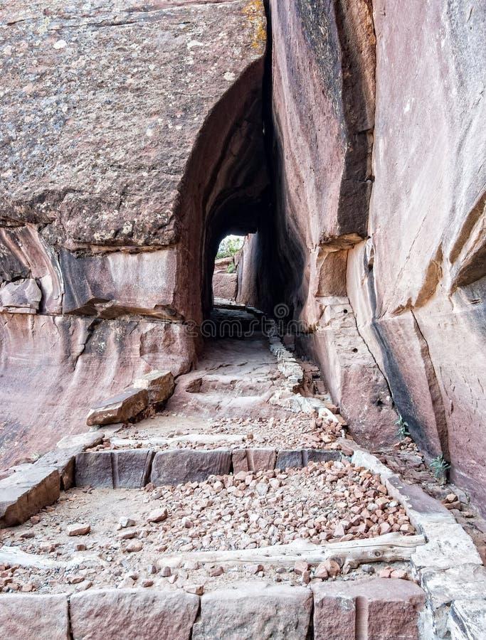Естественный тоннель на следе стоковое фото