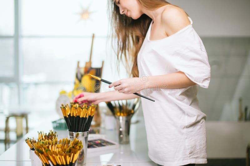 Естественный художник учителя красоты в ее студии подготавливая к художественному классу стоковая фотография