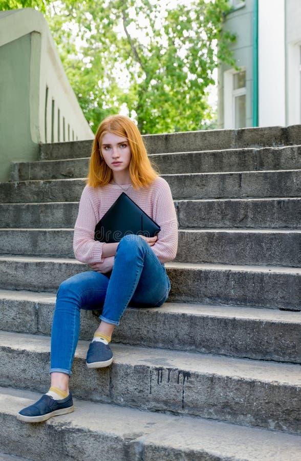 лестницы девушки с волосами красные сидя стоковые изображения