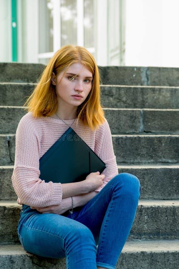 лестницы девушки с волосами красные сидя стоковое фото