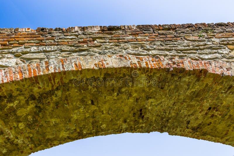 деталь средневекового моста горба в Италии стоковое фото rf
