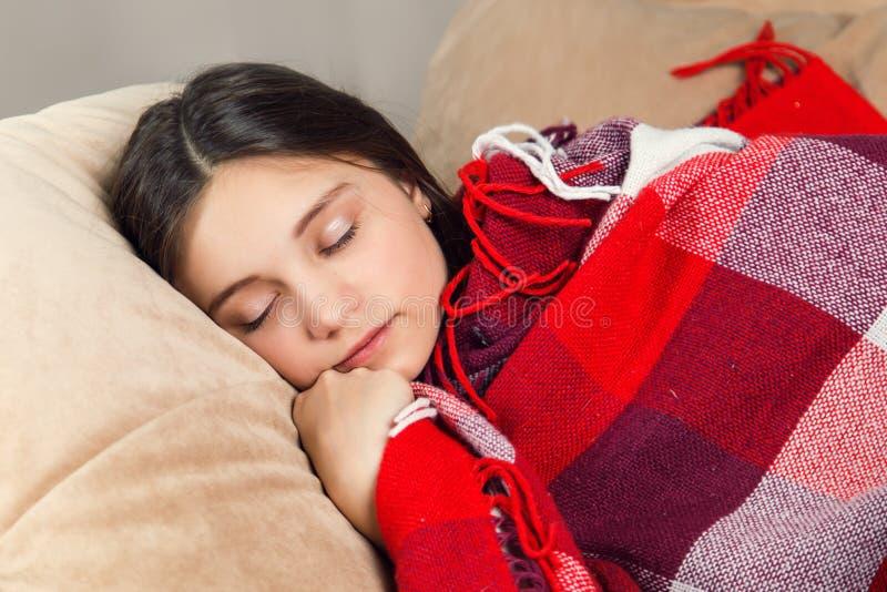 детеныши взгляда спать девушки крупного плана стоковое изображение
