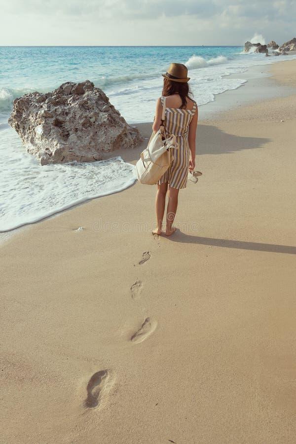 детеныши девушки пляжа гуляя стоковое фото rf