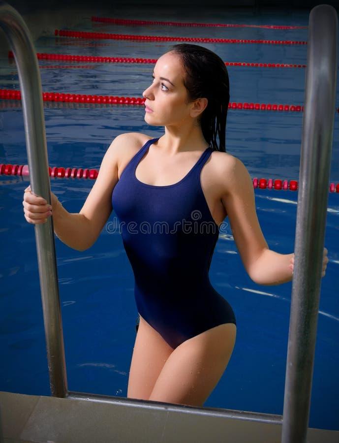 детеныши женщины воды пловца студии фото стоковое изображение