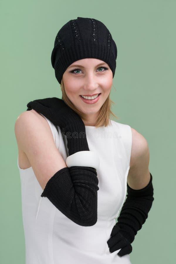 детеныши женщины зимы крышки нося стоковые фото