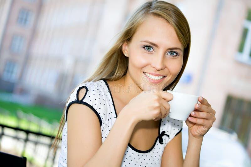 детеныши женщины кофе выпивая стоковое изображение