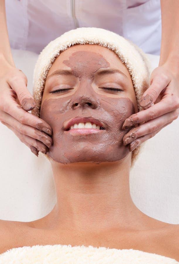 детеныши женщины маски глины лицевые стоковое изображение
