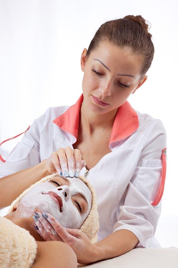 детеныши женщины маски глины лицевые стоковые изображения rf