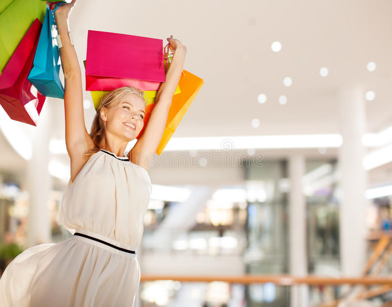 детеныши женщины мешков ходя по магазинам сь по магазинам стоковое фото