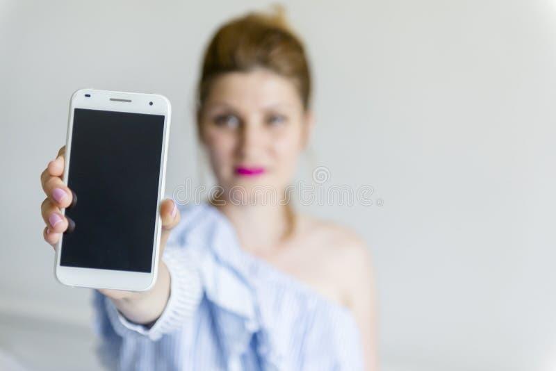 детеныши женщины мобильного телефона стоковое изображение rf
