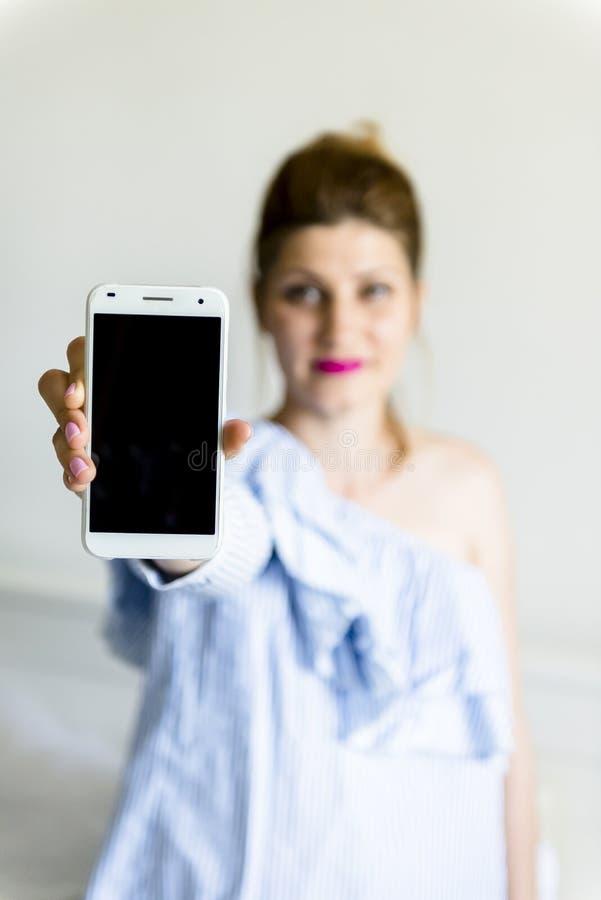 детеныши женщины мобильного телефона стоковые изображения rf