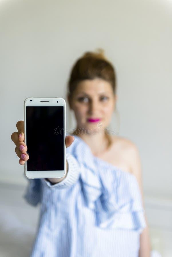детеныши женщины мобильного телефона стоковая фотография