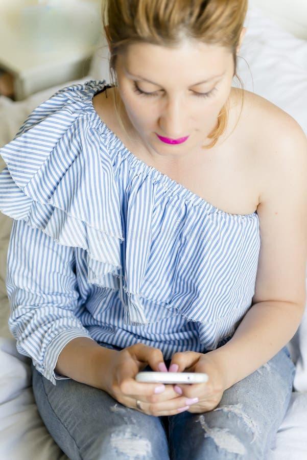 детеныши женщины мобильного телефона стоковое фото rf