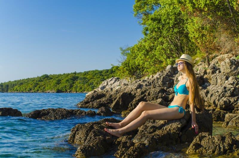 детеныши женщины пляжа тропические стоковое фото