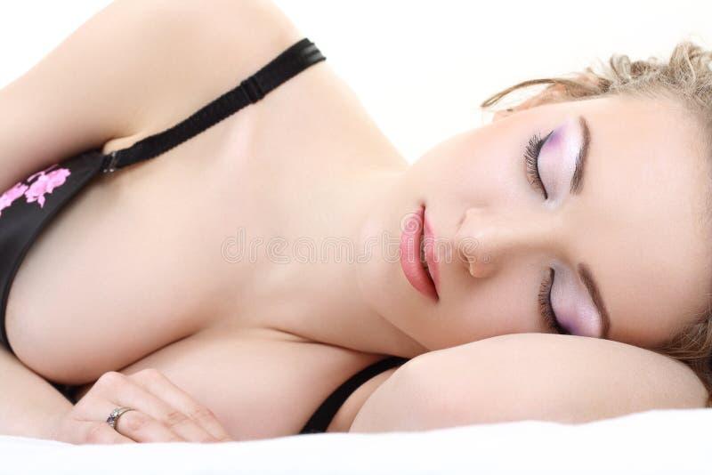 детеныши женщины спать стоковые фото