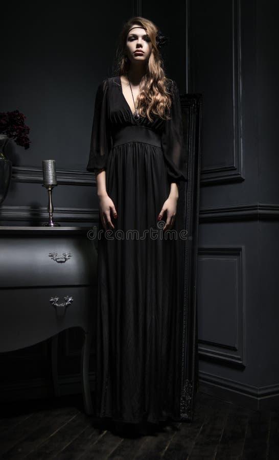 детеныши женщины черного платья сексуальные стоковое изображение