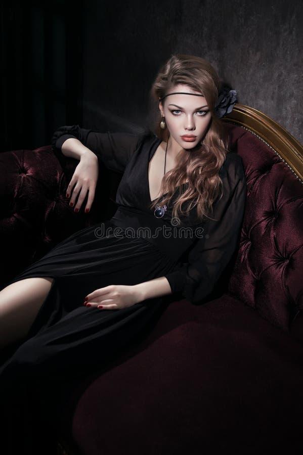 детеныши женщины черного платья сексуальные стоковые фотографии rf