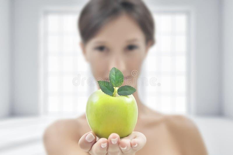 детеныши женщины яблока привлекательные зеленые стоковое фото