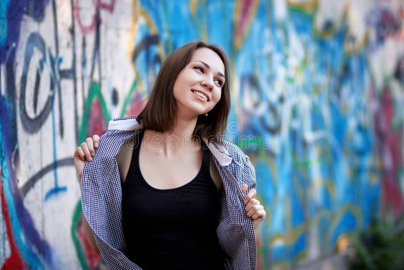детеныши надписи на стенах девушки предпосылки стоковое изображение rf
