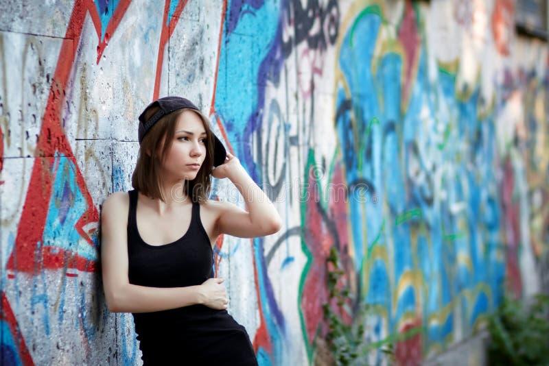 детеныши надписи на стенах девушки предпосылки стоковые изображения