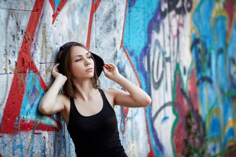 детеныши надписи на стенах девушки предпосылки стоковые изображения rf