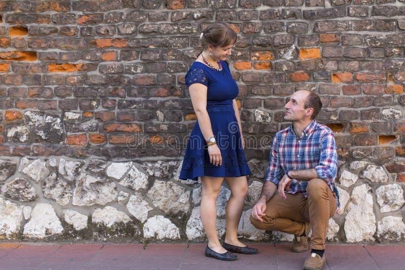 детеныши пар счастливые Пары в влюбленности стоя outdoors стоковые изображения