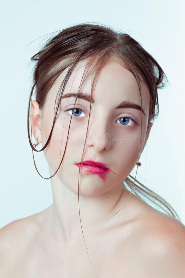 детеныши портрета девушки красотки Изображение утра с стоковое фото