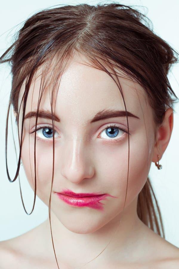 детеныши портрета девушки красотки Путь утра нежный стоковое фото rf