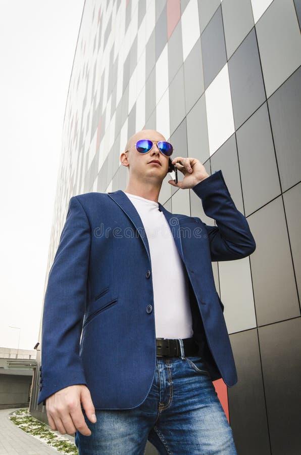 детеныши телефона человека говоря стоковая фотография rf