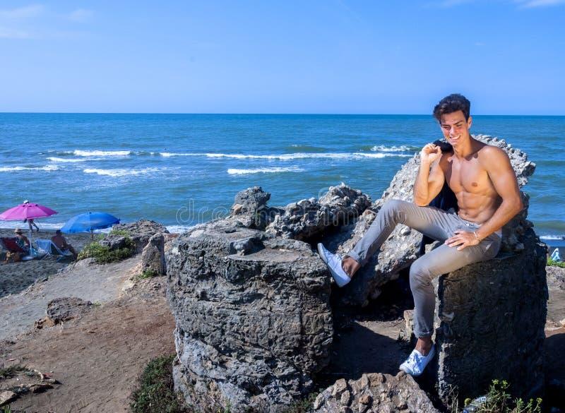 детеныши человека цветов пляжа яркие белые стоковые фото