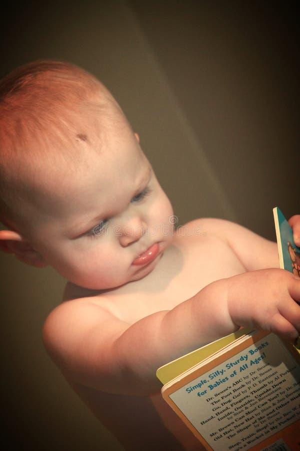 детеныши чтения мальчика книги стоковое изображение