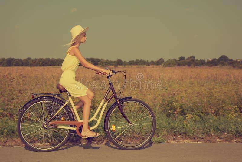 детеныши riding утехи девушки bike задействуя стоковое фото rf
