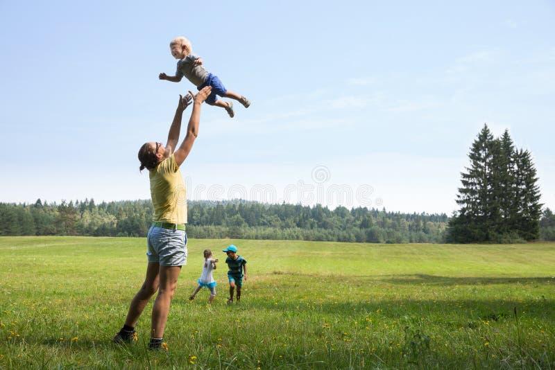 дети будут матерью играть стоковые фотографии rf