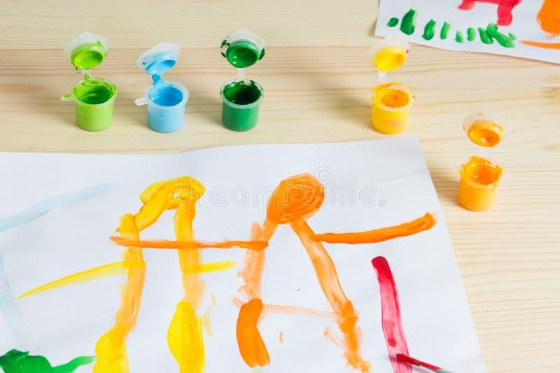 дети 3 год рисуя счастливое изображение семьи на деревянном столе К стоковое фото rf