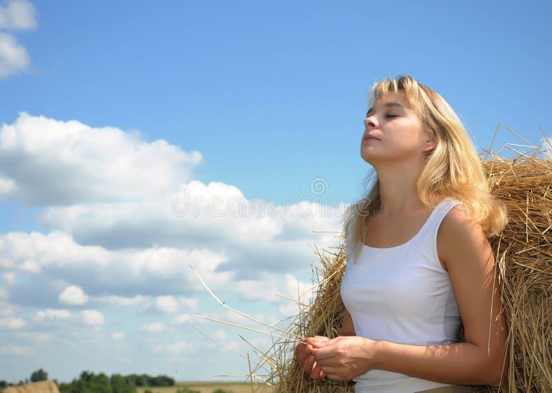 лето красивейшего портрета девушки сь стоковые фото