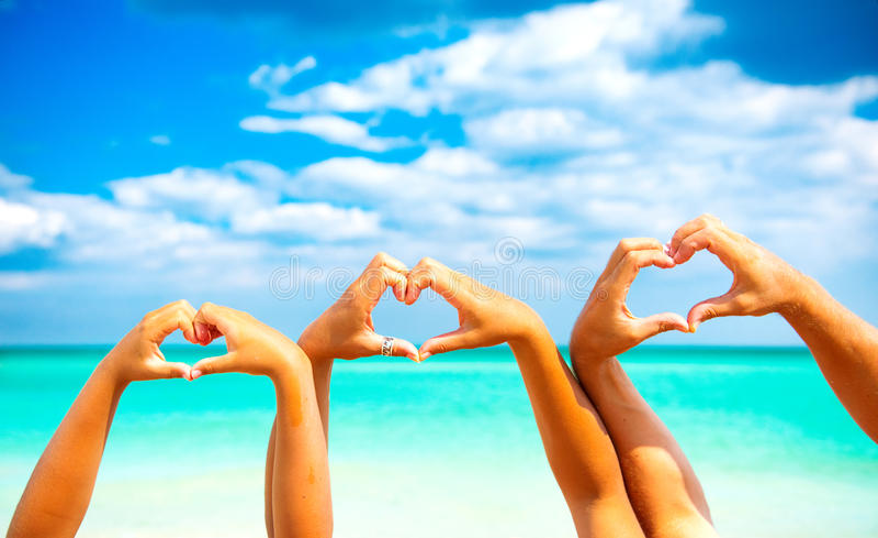 лето праздников семьи счастливое ваше Счастливая семья делая форму сердца стоковая фотография rf